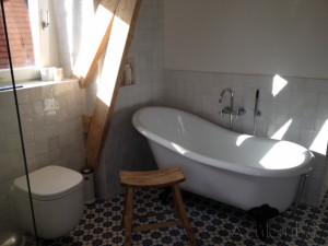 Cementtegels In Badkamer : Cementtegels voor in de badkamer lifestylewonen.be